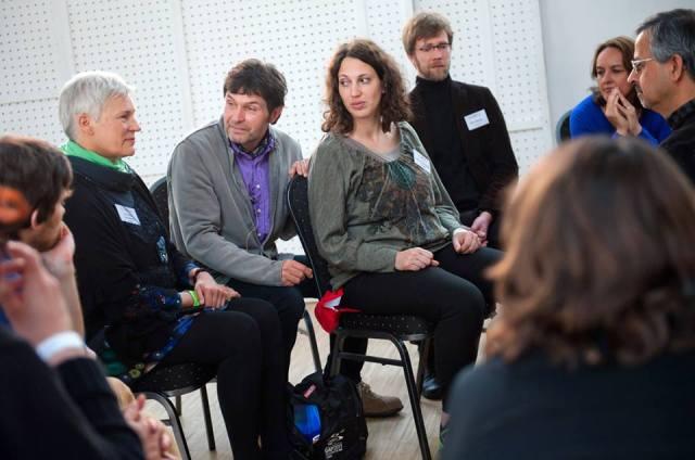 Сергей Куприянов ведёт процесс на воркшопе по холосценденции. Интегральная европейская конференция (Будапешт, 8 мая 2014)