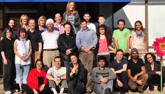 Группа практиков медитации, принимавших участие в исследовании Дэвида Ваго и Шинзена Янга (стоят в центре).