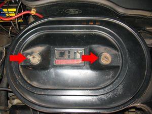 Retire as porcas que prendem a tampa do filtro de ar (indicadas na foto). Nos motores CHT fabricados até 1988, a caixa do filtro de ar (marmita) é oval. Nos anos posteriores, ela é redonda.