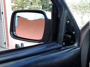 Encaixe o retrovisor novo, a moldura e a alavanca.