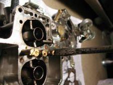 Anote ou memorize a posição dos giclês. Desparafuse os giclês do corpo do carburador, usando uma chave de fenda.   Os giclês principais (os dois do meio) são divididos em três partes: respiros, tubos misturadores e giclês de combustível. Se os giclês do seu carburador forem os adequados para a motorização e combustível de seu carro, não é necessário trocá-los. Para saber isso, consulte uma tabela de giclês, que indicará a calibração de cada componente a ser usado no carburador.
