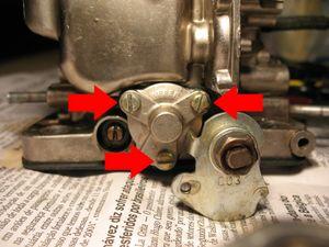 Retire os três parafusos que fixam a tampa do diafragma suplementar.