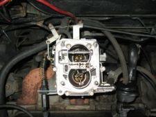 Visão do carburador, sem o filtro de ar.   Para retirá-lo, ainda teremos que soltar quatro cabos e mangueiras, conforme veremos nos próximos passos. Todas as referências dadas a seguir são para quem olha o motor à partir da frente do carro.
