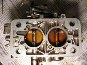 Para verificar se ambos estágios estão abrindo de forma correta, proceda da seguinte forma (apenas para carburadores com 2º estágio mecânico): Vire o corpo do carburador de cabeça para baixo.