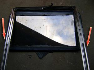 Proceda com a limpeza da canaleta do vidro.  Para limpar o outro lado da canaleta, coloque a maçaneta e com muito cuidado gire para movimentar o teto sem desencaixar o vidro.  Lubrifique todas as peças móveis.