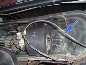 Para montar:  - Capa inferior - Motor - Capa superior - Fixação do conjunto  - Tampa de proteção do conjunto e suas travas  - Borracha de vedação   Detalhe do motor já com as capas, e indicação do parafuso de fixação do motor.
