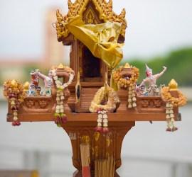 La casa de espiritus es un ejemplo del animismo en Tailandia, entre los cuales esta el uso de amuletos de resguardo, adivinación, etc.