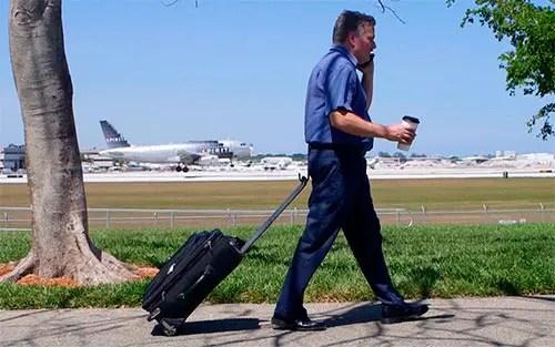 Já imaginou carregar a mala na cintura e ter as mãos livres?