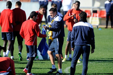 Míchel se dirige a Reyes en el entrenamiento de este lunes. | UES