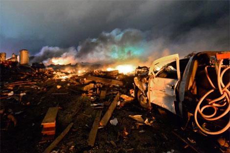 Un camión de bomberos calcina junto a la explosión. | Efe