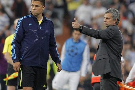 Mourinho, el miércoles, en la zona técnica del Bernabéu. (Foto: Ap)