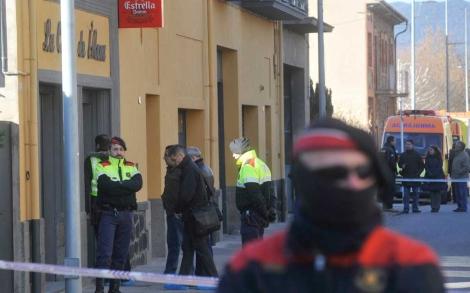 Dos Mossos junto al bar donde han muerto los constructores.  ACN