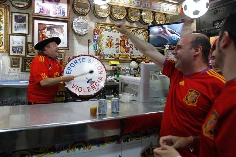 Manolo, con el bombo en plena acción, en su bar de Valencia.   Benito Pajares