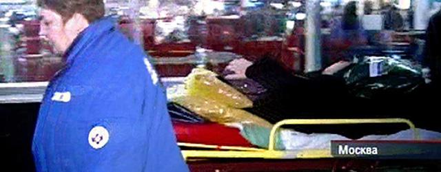 Un herido es trasladado en camilla tras el atentado.   NTV / Afp