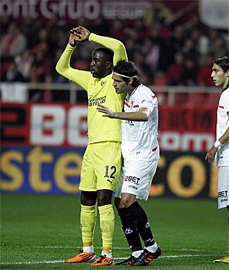 Sergio Sánchez marca a Altidore durante el duelo copero entre el Sevilla y el Villarreal disputado este martes.