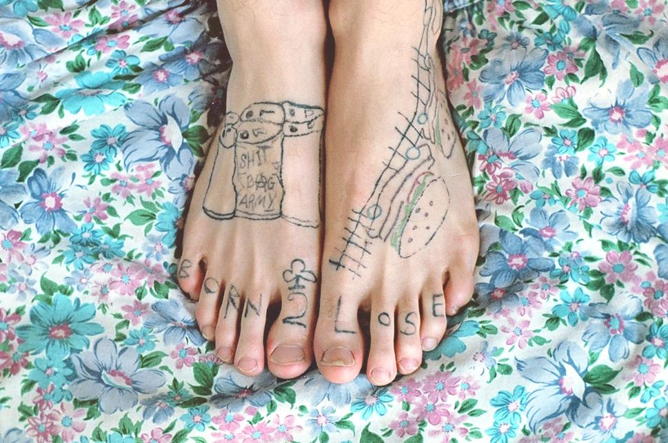 Um estúdio de tatuagem em que os próprios clientes se tatuam