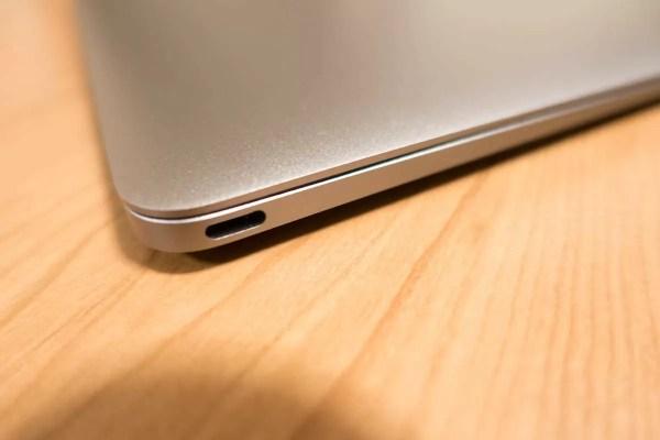 左側面から。USB-Type Cコネクタしかない