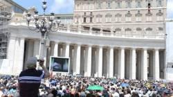 El Papa desde el balcón habla a los peregrinos en la Plaza de San Pedro del Vaticano