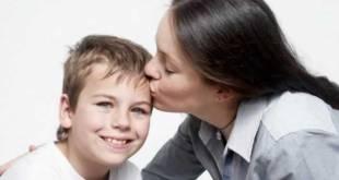 Mãe-beijando-o-filho-1