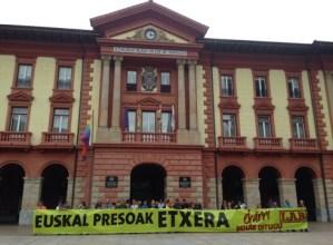 Euskal  preso  eta  iheslariak  etxeratzearen  aldeko  elkarrataratzea  egin  du  LAB  sindikatuak