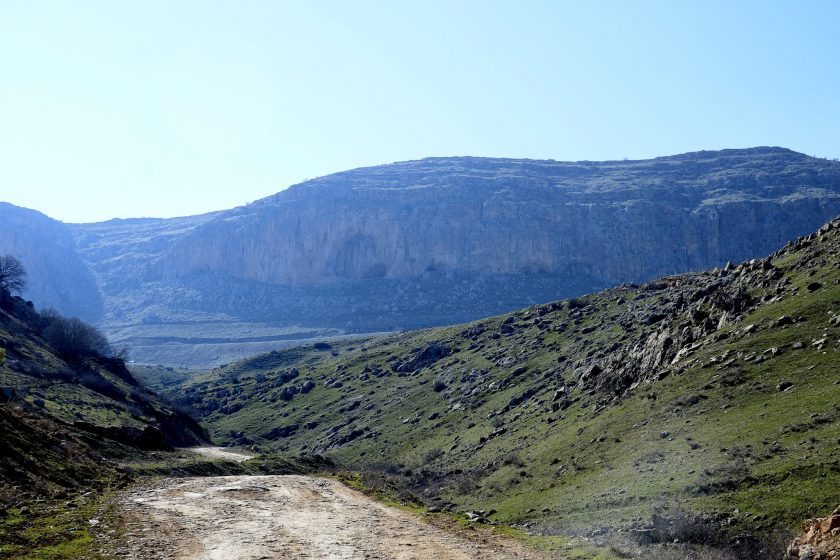 Heading from Sulaymaniyah to Hazar Merd caves. The largest cave appears clearly within the cliff of the mountain. Photo © Osama S. M. Amin.