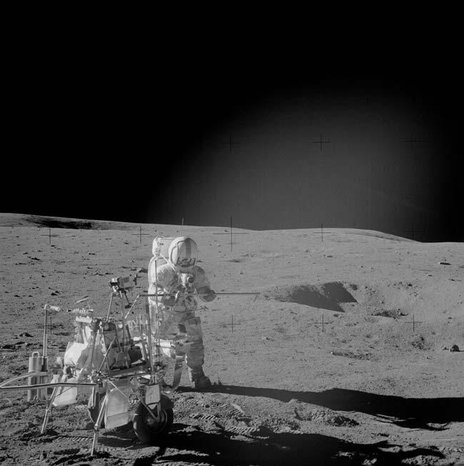 Alan Shepard, astronauta da Apollo 14, é visto aqui a usar o carrinho de ferramentas MET (Modular Equipment Transporter). Crédito: NASA