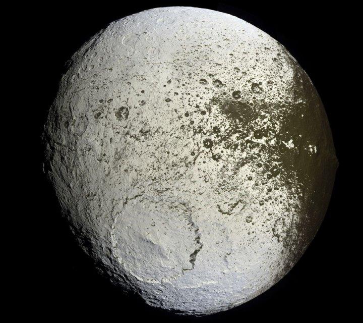 Iapetus, a lua pintada de Saturno, revelada pela Cassini
