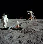 Foto da missao Apollo 11 mostra o equipamento PSE em primeiro plano e o LRRR atrás, além da câmera de TV no horizonte atrás da bandeira americana. NASA Photo: AS11-40-5948