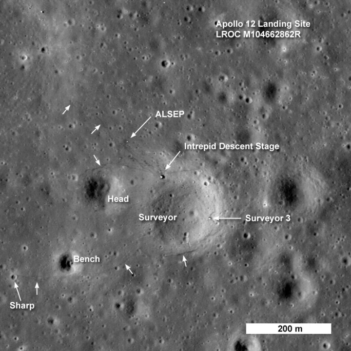 Local de pouso da Apollo 12: base do módulo lunar (Intrepid Descent Stage), ALSEP, as trilhas deixadas pelos astronautas e os escombros da sonda Surveyor 3
