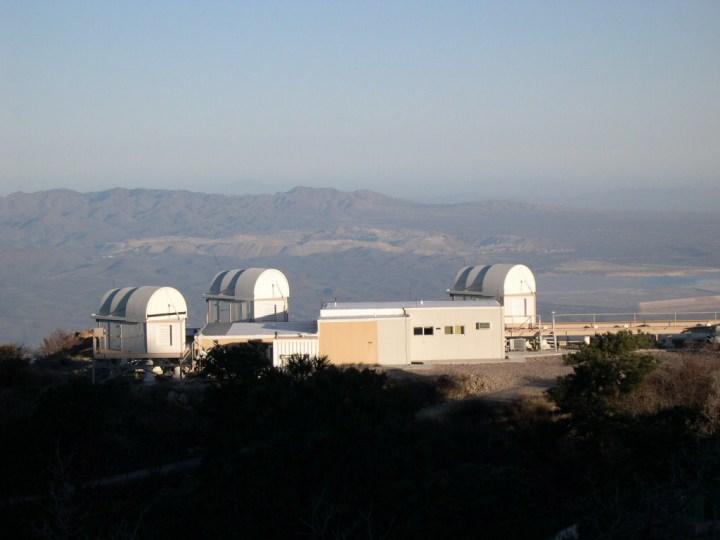 O telescópio infravermelho e ótico do SAO - Infrared Optical Telescope Array (IOTA) - ajudou os astrônomos a observar Chi Cygni a estrela pulsante moribunda. Crédito: Peter Schuller, Smithsonian Astrophysical Observatory