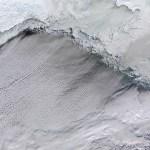 A Terra vista do espaço: gelo e nuvens exóticas no Estreito de Bering
