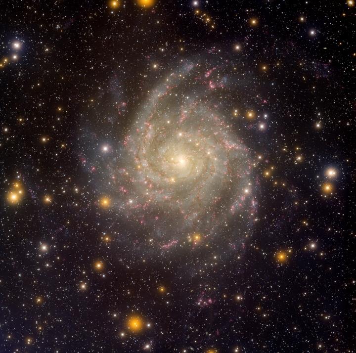 Na imagem acima, capturada pelo telescópio Mayal 4, vemos a galáxia IC 342, nos comprimentos de onda da luz visível. Crédito: T.A. Rector/Universidade do Alasca, Anchorage, H. Schweiker/WIYN e NOAO/AURA/NSF