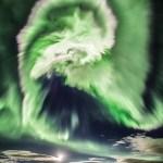 Uma belíssima aurora espiral na Islândia capturada por Davide Necchi