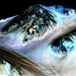 MRO da NASA confirma evidências indiretas que atualmente água líquida flui na superfície de Marte no verão