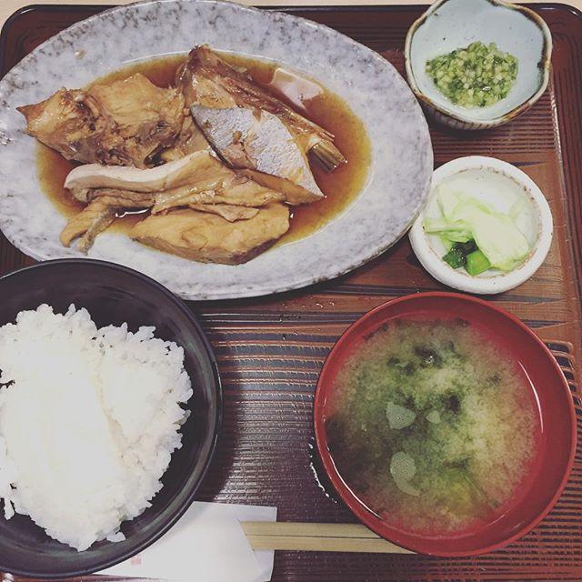 たのしいカメラ学校グルメ情報。おいしいお魚が食べたいなら「さわら」のランチ!あら煮定食850円。お腹ペッコリなら、新鮮なお刺身がプラスされたセット1050円がおすすめ!カウンター席の小さなお店。土曜ランチやってるみたいです〜♪ #有楽町 #有楽町グルメ #東京交通会館  #たのしいカメラ学校 #たのしいカメラ学校グルメ #写真教室