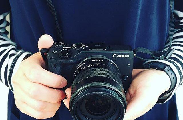 わたしの最近のお気に入りカメラをご紹介しまーす。ひとつめは「Canon EOS M3」。センサーがAPS-Cで小型、ダイヤル式、タッチパネル、チルト式液晶が秀逸。マクロレンズの発売も楽しみだな〜。カメラのことをいろいろ楽しく学べる「たのしいカメラ学校」では、自然とカメラに詳しくなりますよ♡ #写真の日 #たのしいカメラ学校 #写真教室