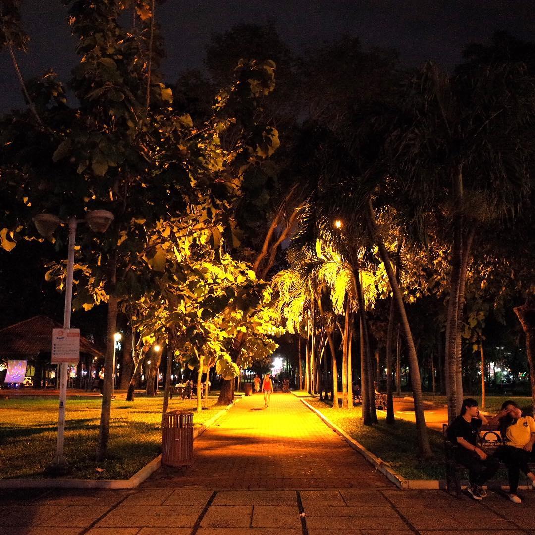 久しぶりに晴れの1日だったので散歩がてら帰宅。9月23日公園。Walking back home through 9/23 park in #saigon