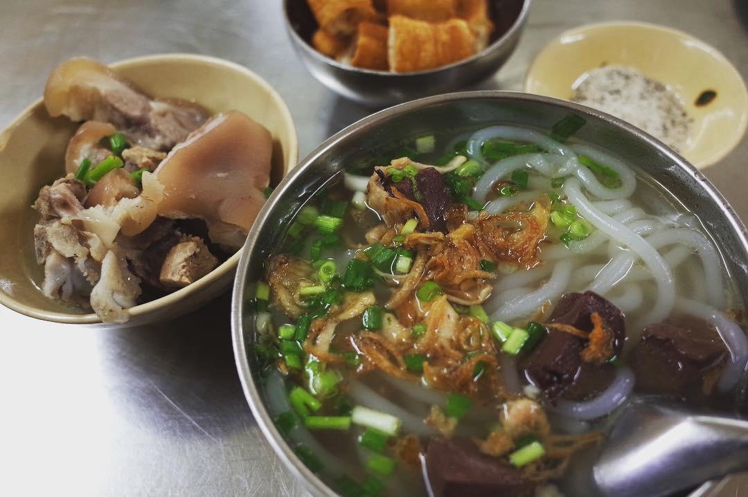一番うどんに近いベトナム麺といえばバインカンだと思う。Bánh canh giò nạc tastes similar to Japanese Udon. Nice soup! Tastes good.