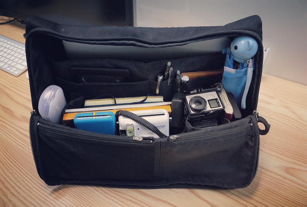 ビジネスバッグの中身がほとんど趣味と遊び用具。しかもかなり重い。Most of my business bag contain goods for hobby not business.