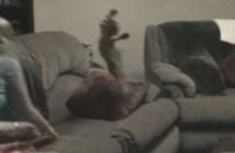 ジャンプ攻撃をする子猫