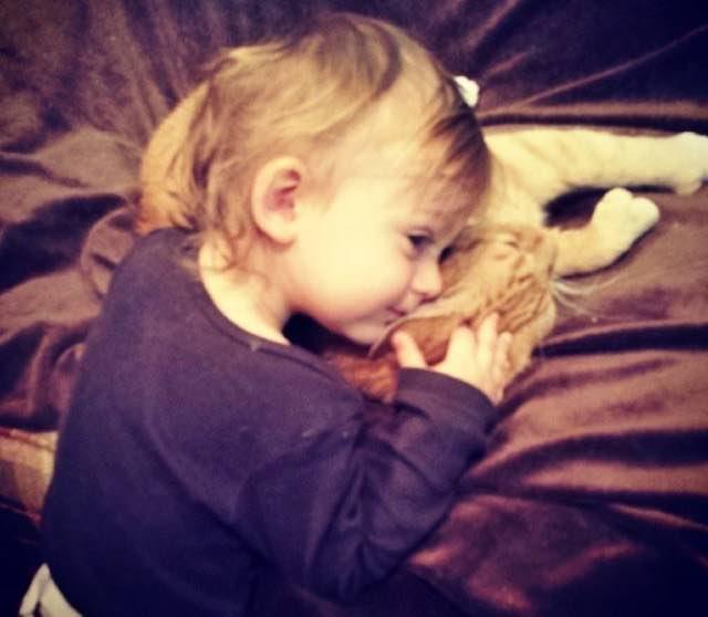 とっても仲良しな男の子と猫