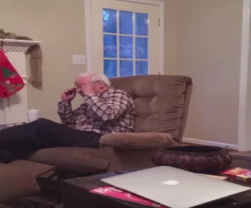 猫パンチされて慌てるおじいちゃん