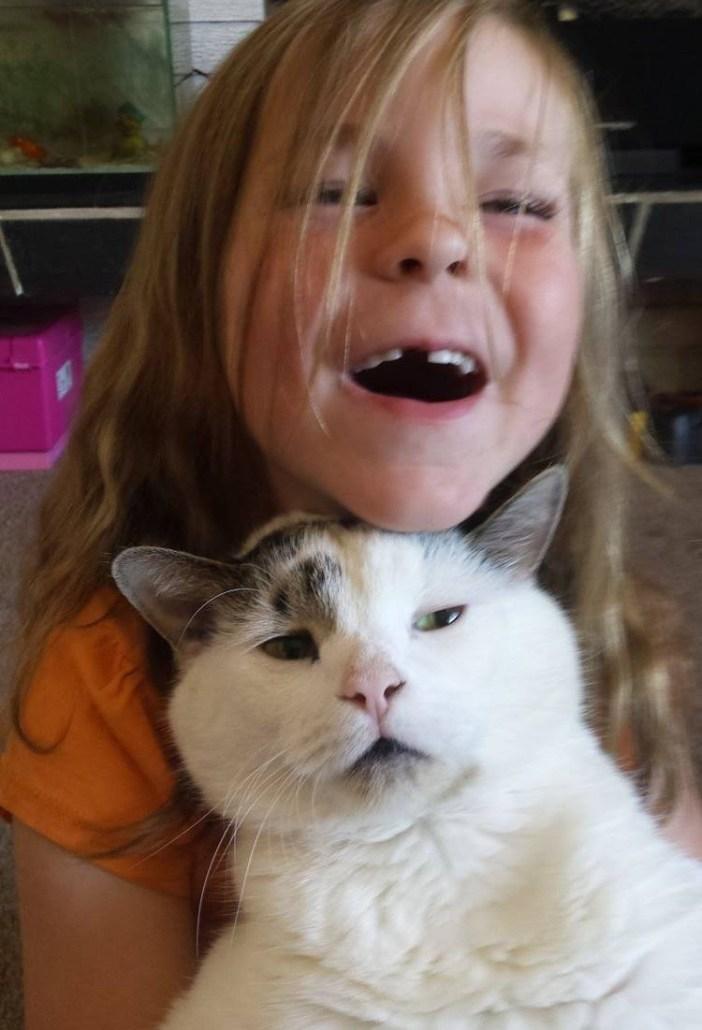 再会した猫と女の子