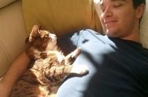 仲良しな飼い主さんと猫