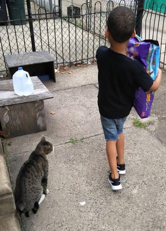 ご飯を運ぶ少年