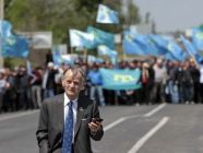Mustafa_Cemilev_with_crowd_of_Crimean_Tatar_supporters__May_3_-_EDM_May_6__2014