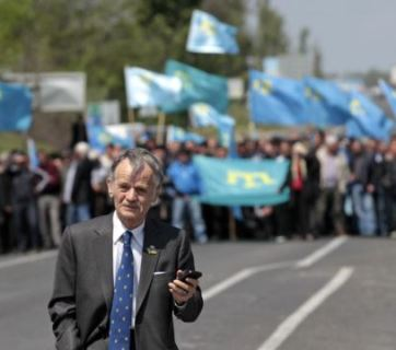Mustafa Dzemilev in front of Crimean Tatar protesters (May 2014)