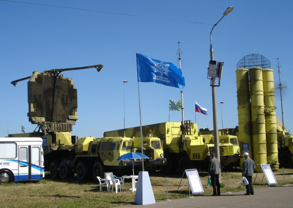 "S-300PMU2 ""Favorit"" SAM system. S-300PMU-2 vehicles. From left to right: 64N6E2 detection radar, 54K6E2 command post and 5P85 TEL. The S-300PMU-2 Favorite (Russian С-300ПМУ-2 Фаворит – Favourite, DoD designation SA-20B), introduced in 1997, is an upgrade to the S-300PMU-1 with range extended once again to 195 km (121 mi) with the introduction of the 48N6E2 missile. This system is apparently capable against not just short range ballistic missiles, but now also medium range tactical ballistic missiles. It uses the 83M6E2 command and control system, consisting of the 54K6E2 command post vehicle and the 64N6E2 surveillance/detection radar. It employs the 30N6E2 fire control/illumination and guidance radar. Like the S-300PMU-1, 12 TELs can be controlled, with any mix of 5P85SE2 self-propelled and 5P85TE2 trailer launchers. Optionally it can make use of the 96L6E all altitude detection radar and 76N6 low altitude detection radar. (Image: MAKS, Zhukovskiy)"