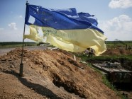 A flag at the positions of Ukrainian troops after the bombardment by heavy Russian artillery and multiple missile launchers in the town of Maryinka. June 3, 2015. (Image: Reuters)