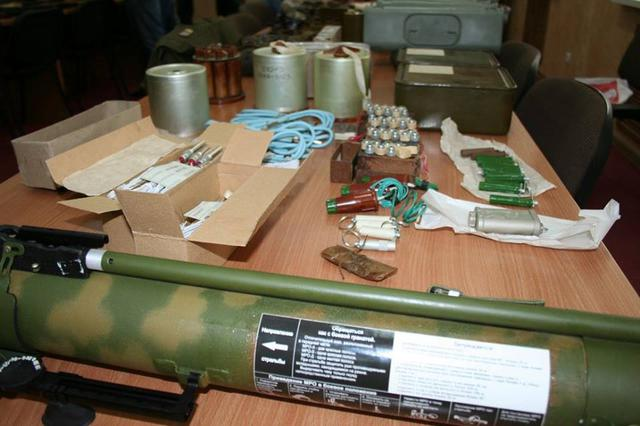 Weapons and explosives seized from the members of the arrested terrorist and spy group operating in Kharkiv, which was recruited and controlled by Russian military intelligence. (Image: SBU)